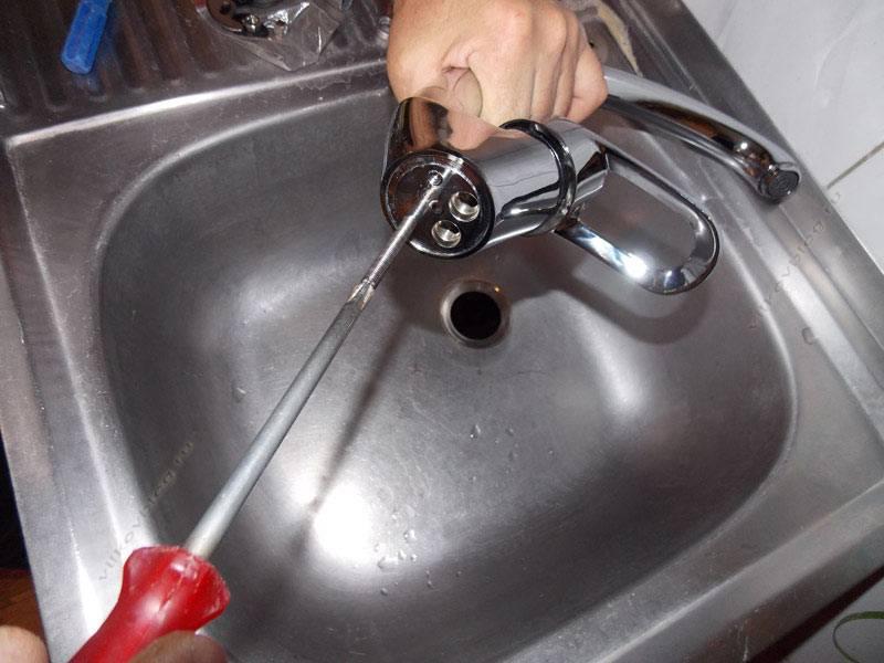 Как установить смеситель на кухне установка крана, подключение, как поставить смеситель, монтаж, как подключить к водопроводу своими руками, как собрать, крепление к раковине