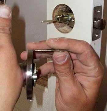 Разновидности, установка и способы ремонта дверных защелок для межкомнатных дверей
