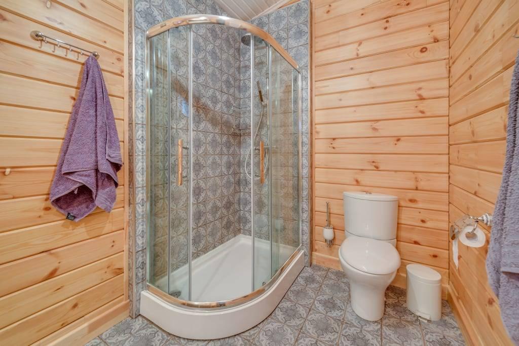Делаем летний душ из дерева своими руками: основные этапы