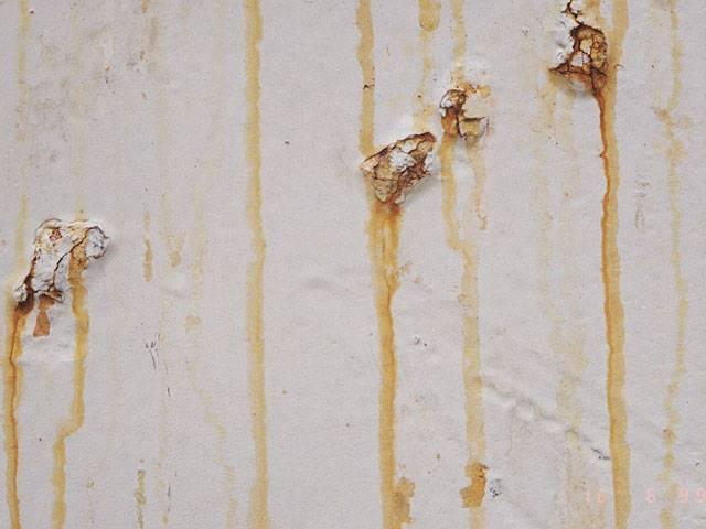 Пятна на потолке: как избавиться от следов протечек на поверхности