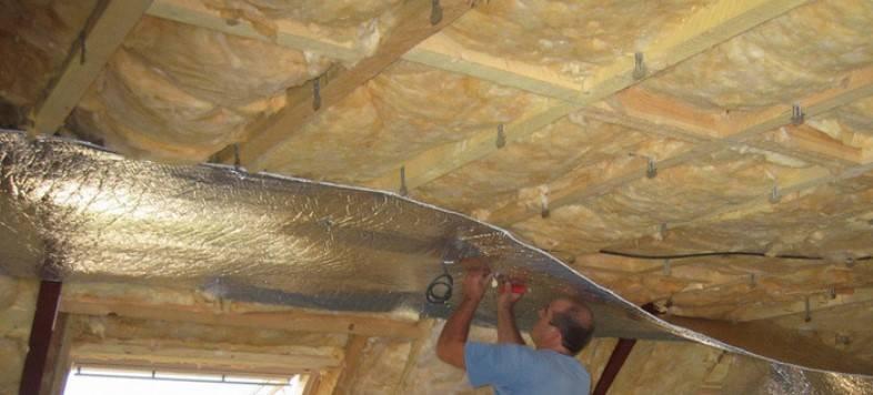 Чем лучше утеплить потолок в деревянном доме