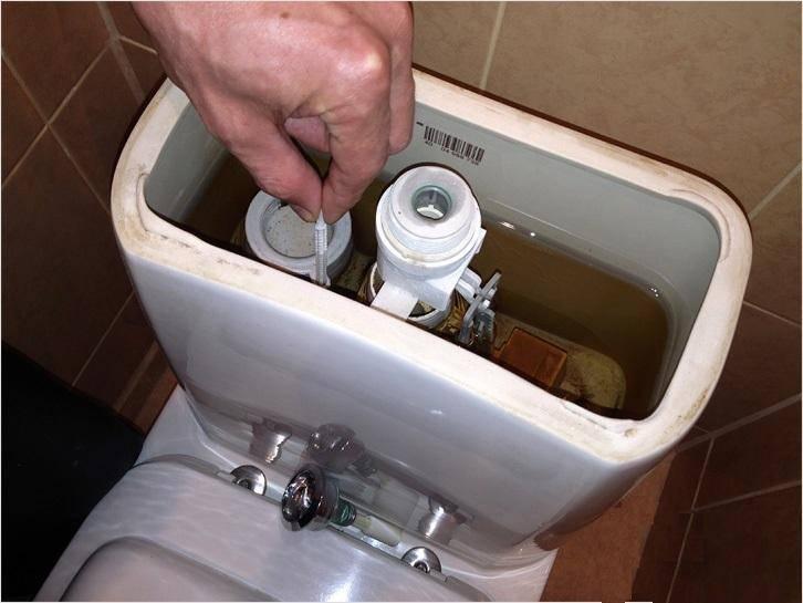 Течет унитаз после смыва: ???? что делать когда подтекает вода из бачка в унитаз