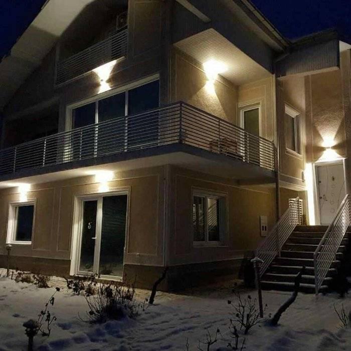 Организация наружной подсветки загородного дома: выбор светильников для фасада