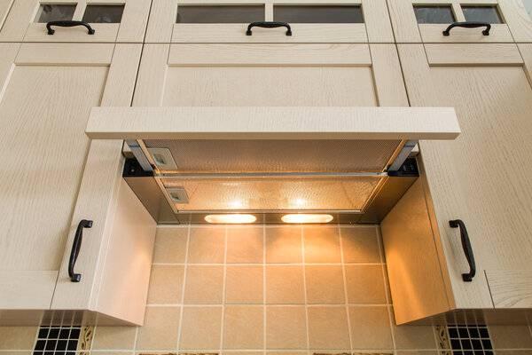 Установка встраиваемой вытяжки на кухне — правила и особенности сборки
