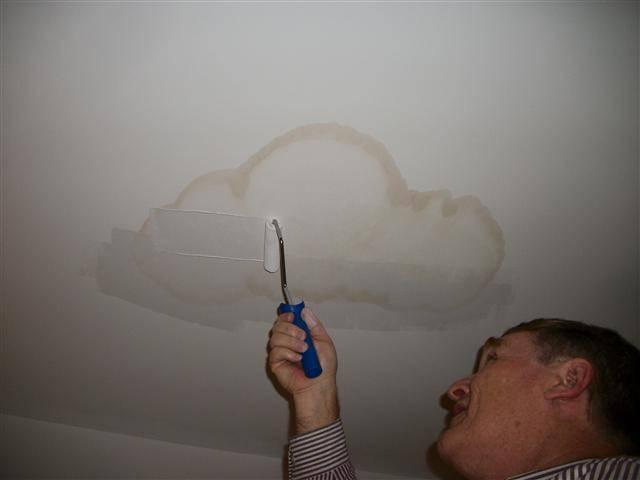 Как убрать желтые пятна на потолке: проверенные способы устранения