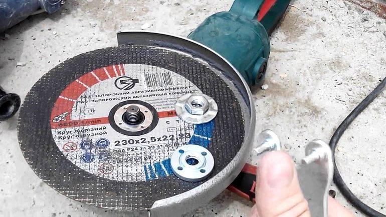 Как открутить диск (гайку) на болгарке, если закусило, зажало, не откручивается