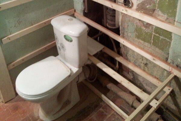 Как скрыть трубы в ванной: обзор способов маскировки трубопровода