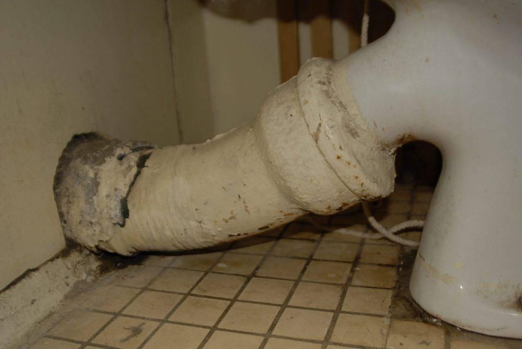 Запах канализации в квартире: причины, что делать, куда идти