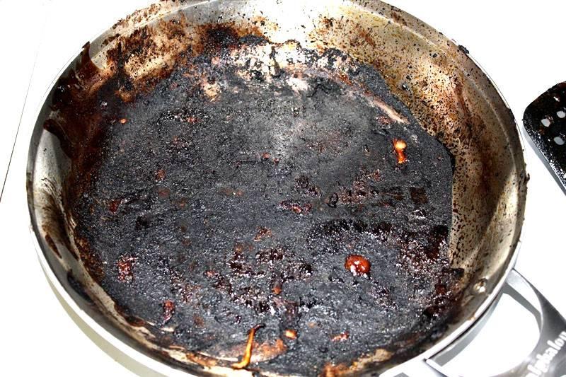 Как легко очистить сгоревшую кастрюлю