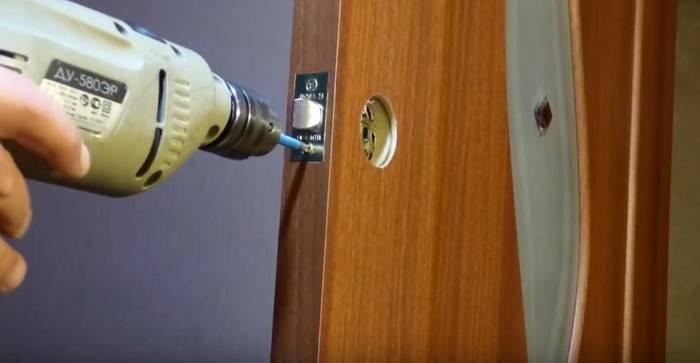 Как врезать замок в межкомнатную дверь – 2 варианта установки для домашнего мастера