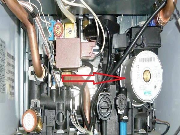Почему газовая колонка хлопает при включении