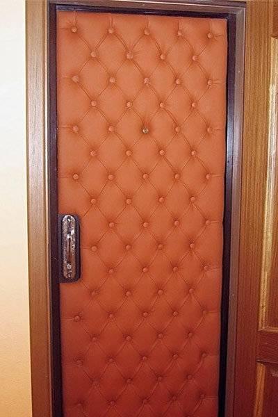 Как утеплить металлические и деревянные входные двери в частном доме своими руками: пошаговая инструкция