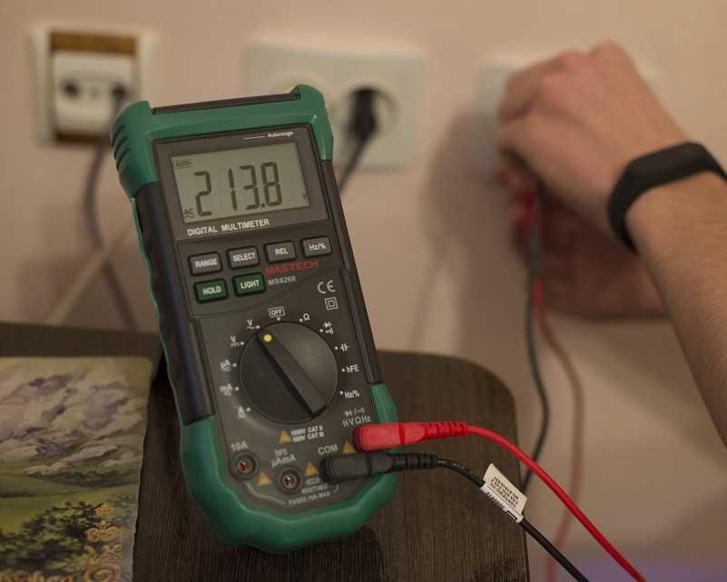 Как проверить напряжение розетке мультиметром