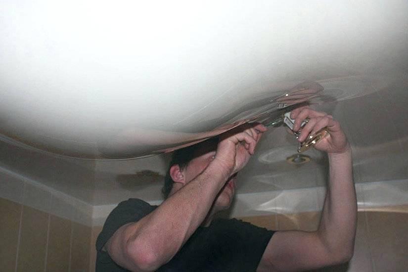 Соседи затопили натяжной потолок, что делать