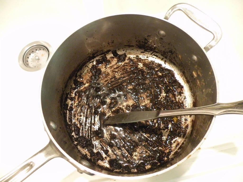 Пригорела эмалированная кастрюля: как отмыть нагар, очистить налет
