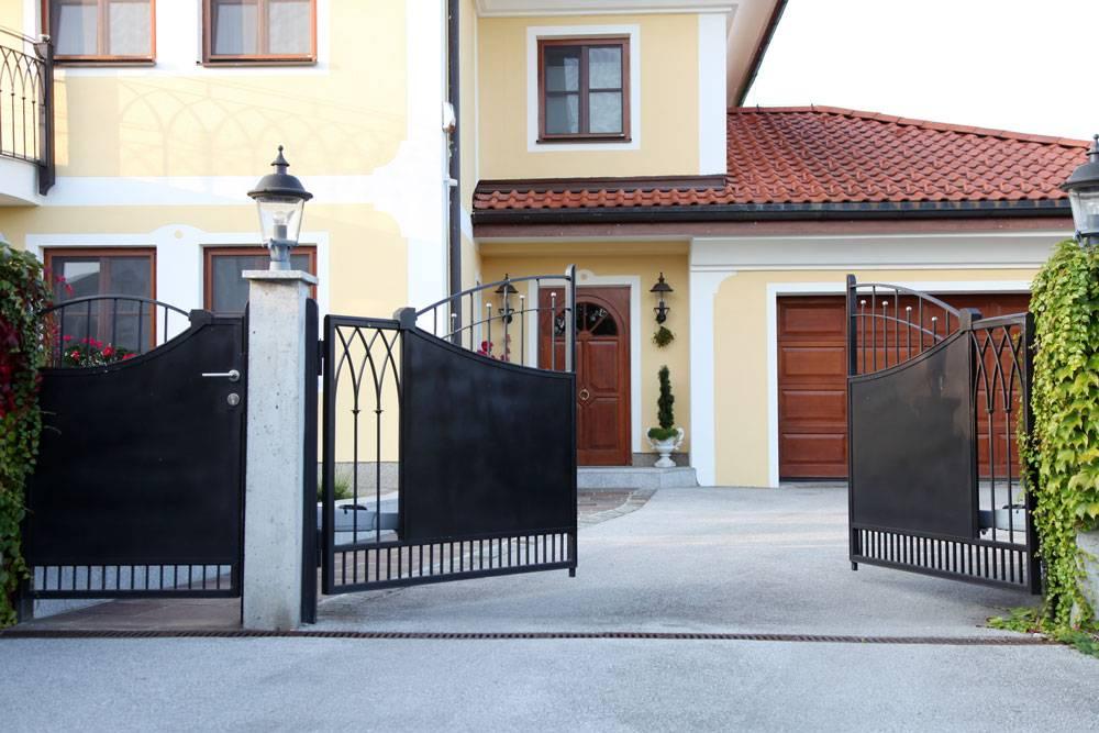Ворота с калиткой: 110 фото красивого дизайна и советы по выбору материалов