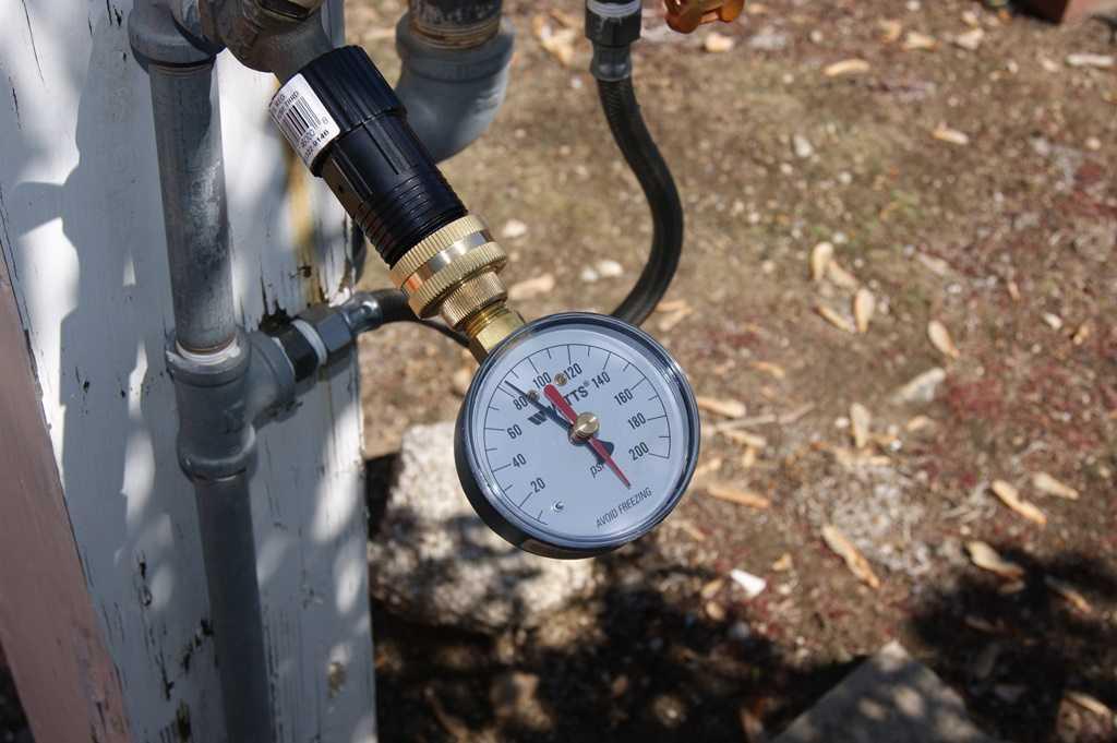Каким должен быть напор воды в квартире и способы его измерения