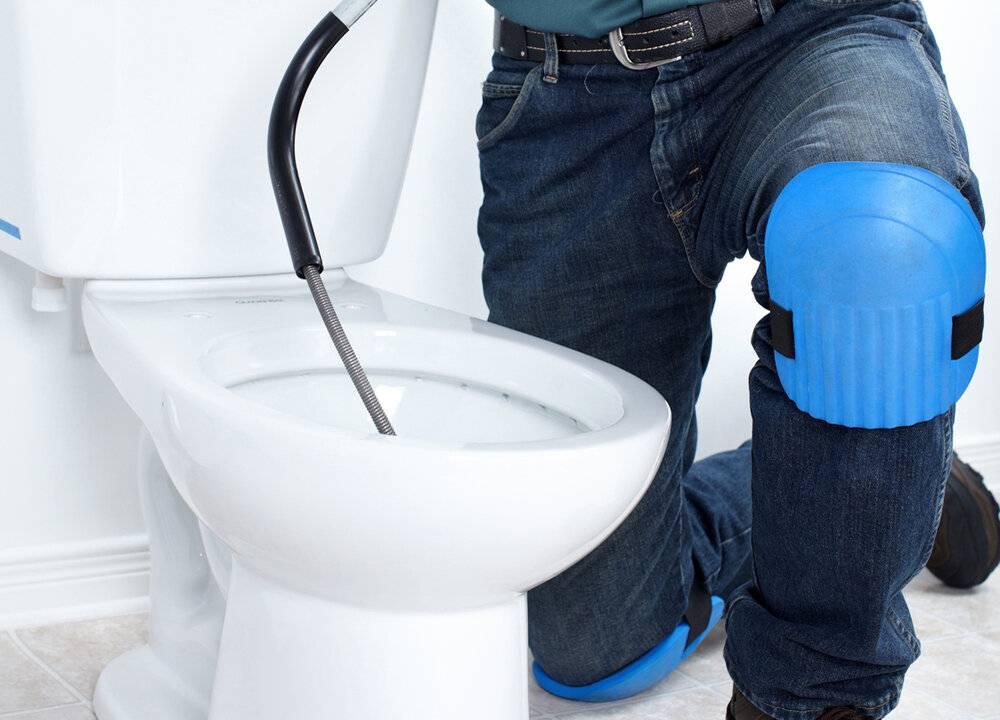 Как прочистить и устранить засор в унитазе самостоятельно в домашних условиях, чем можно пробить засор?