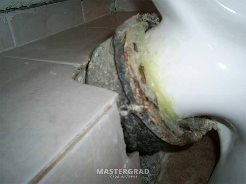 Запах канализации в квартире или в ванной: причины появления и способы устранения - строительство и ремонт