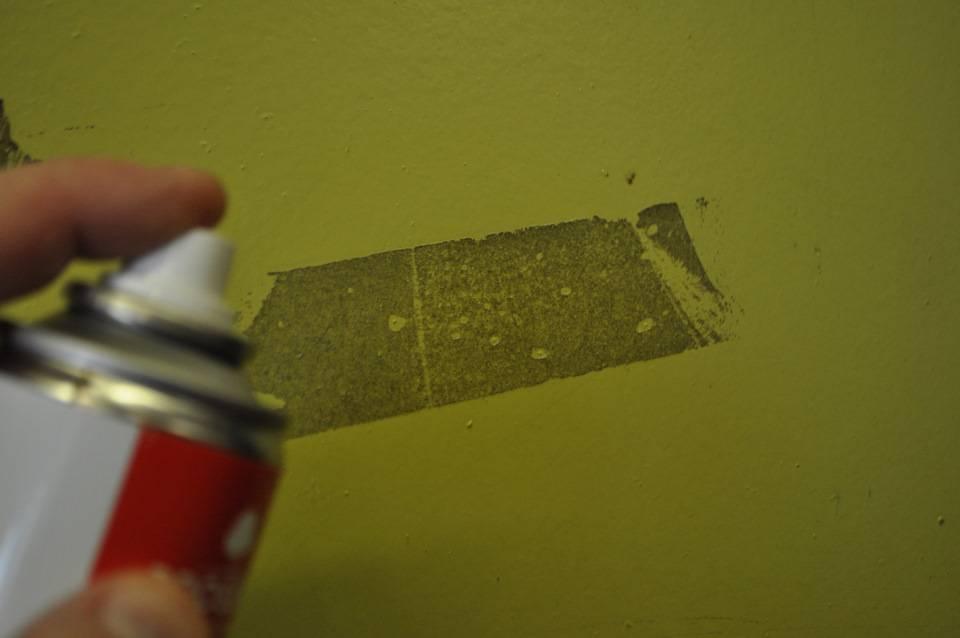 Без пятен, царапин и вреда: как убрать следы от скотча на мебели и не испортить ее?