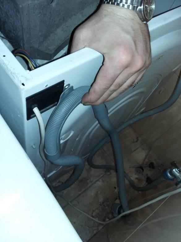 Как принудительно слить воду из стиральной машины lg: шесть способов слива, если стиралка зависла, сломалась или в барабан попал посторонний предмет
