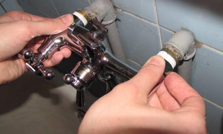Течет кран в ванной и на кухне: причины, как починить, что делать