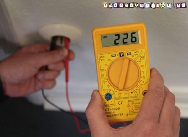 Как проверить напряжение мультиметром в розетке