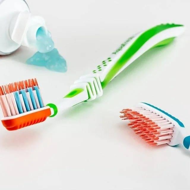 Как чистить зубную щетку между использованиями.