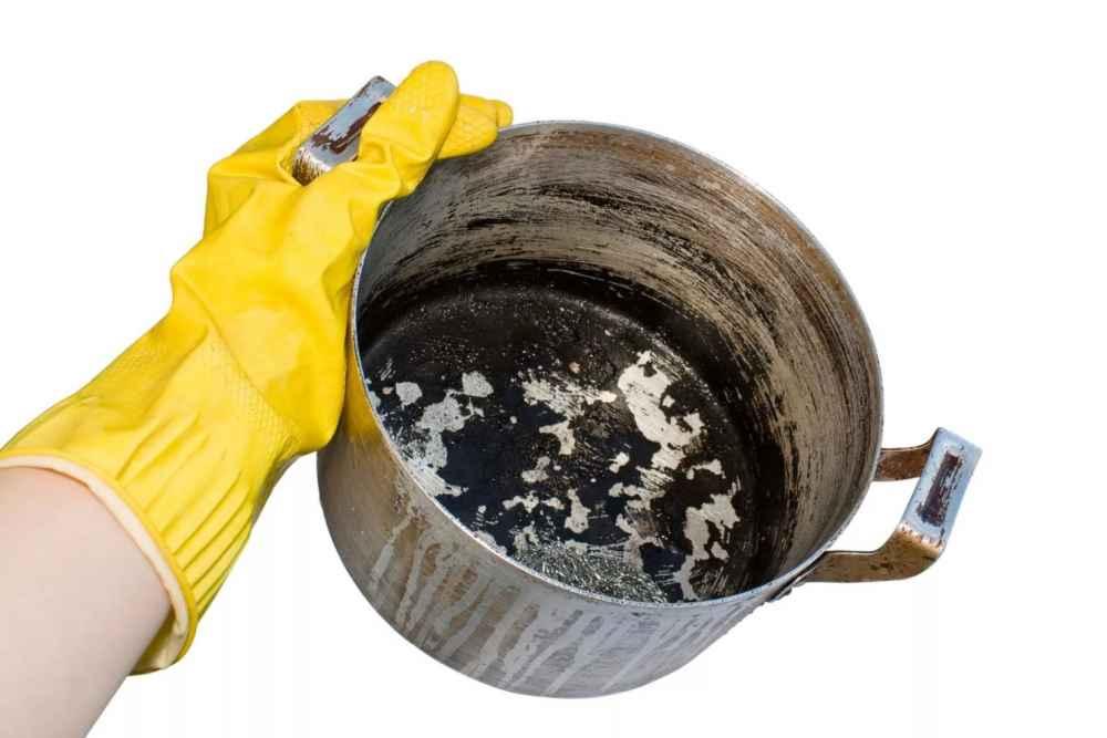 Как очистить сгоревшую кастрюлю (чугунную, эмалированную, алюминиевую, из нержавейки) в домашних условиях, как убрать пригоревшую пищу со дна внутри?