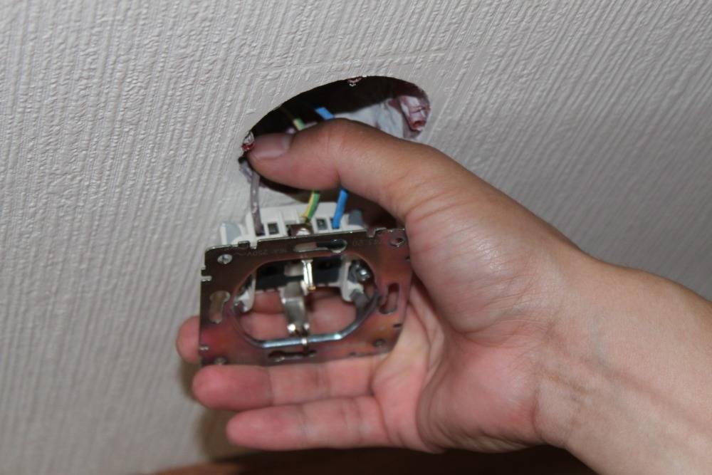 Как заменить розетку в квартире своими руками: как самостоятельно поставить ее вместо старой или монтировать двойной выключатель там, где в стене дома был одинарный?