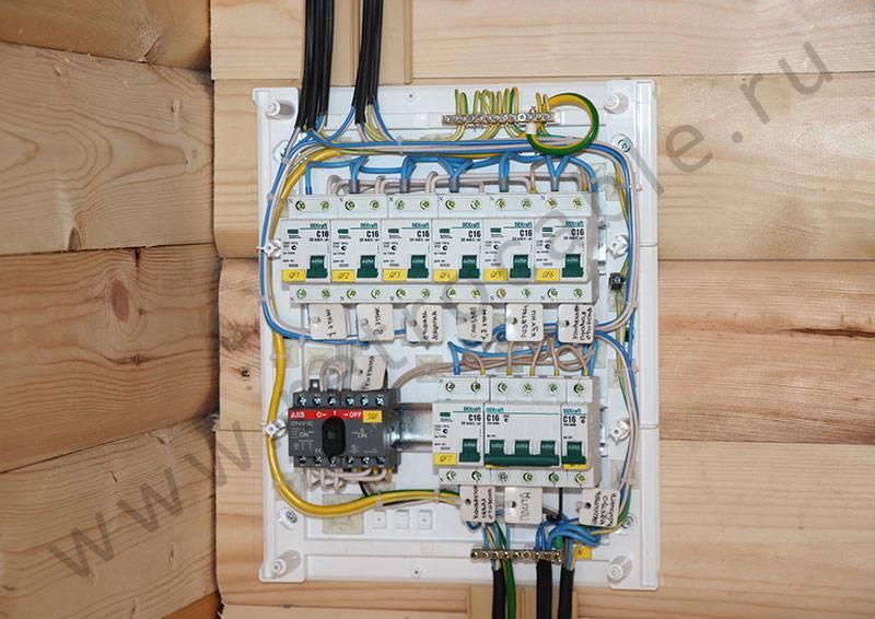 Правила монтажа проводки в деревянном доме для домашнего мастера: секреты открытой и закрытой прокладки с обзором ее способов в разных странах мира