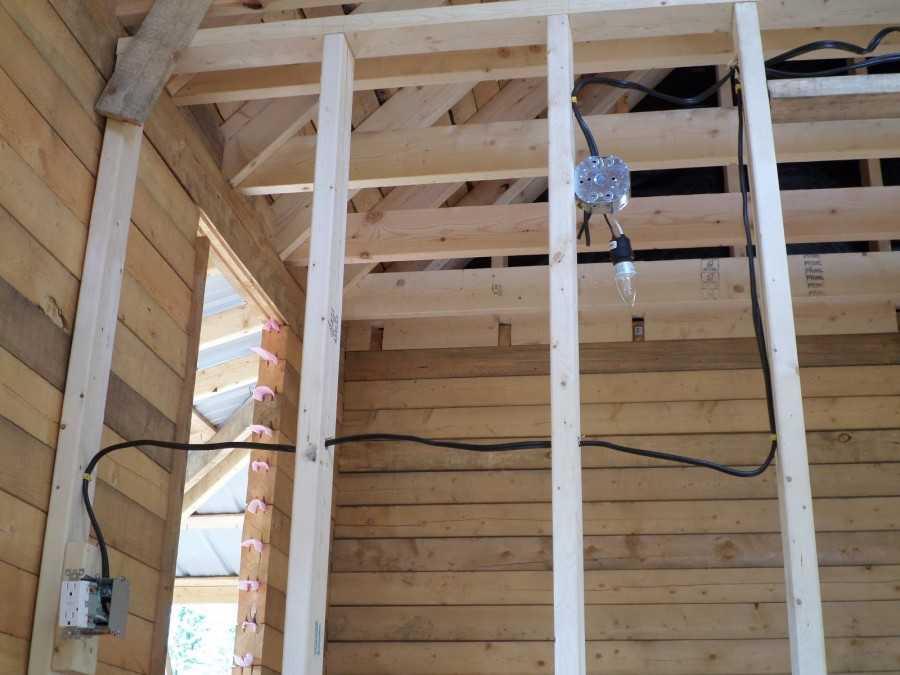 Проводка в деревянном доме: правильный монтаж электропроводки, наружная и внутренняя, открытая и закрытая разводка