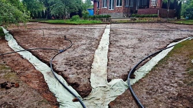 Как сделать дренаж садового участка своими руками: разбор технологии обустройства