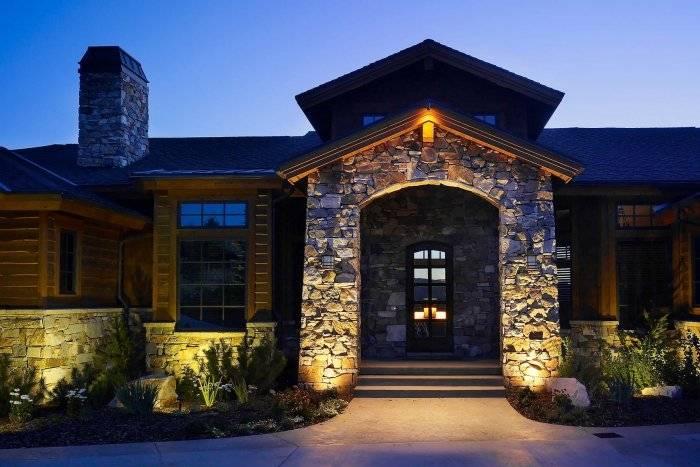 Подсветка частного дома снаружи: как правильно сделать освещение фасада коттеджа