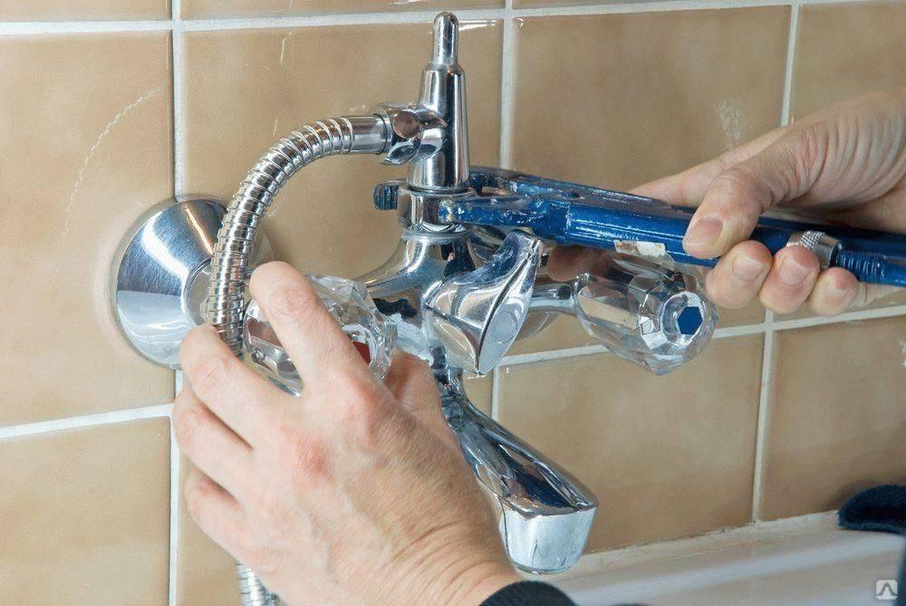 Как поменять смеситель на кухне и в ванной своими руками