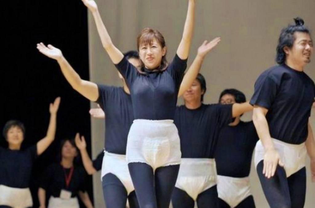 Зачем молодые японки постоянно носят подгузники