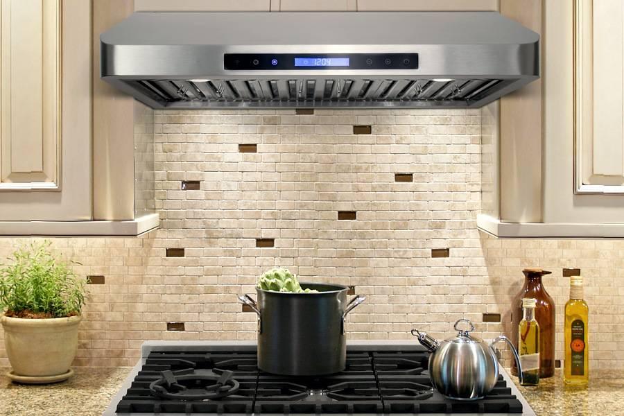 Достаточно ли обычной вытяжки на кухне в студии?