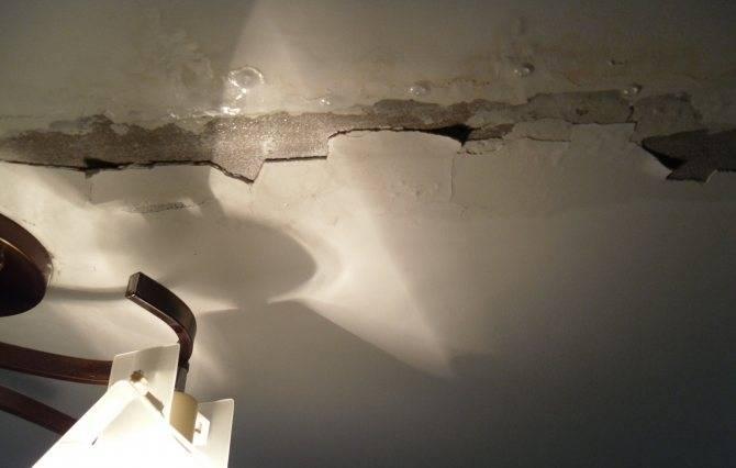 5 причин, почему под ванной постоянно натекает лужа, и способы их устранить
