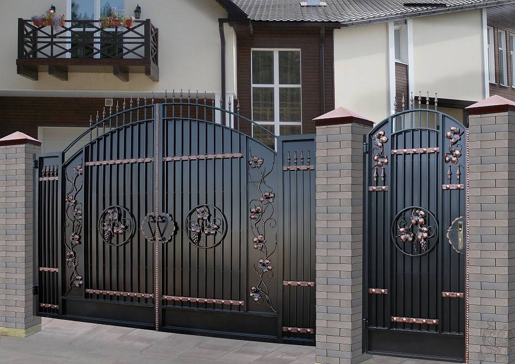Ворота с калиткой для частного дома — разбираемся во всех подробностях