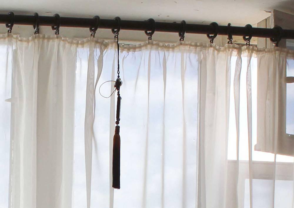 Как приклеить тюль на стекло: декор окна своими руками