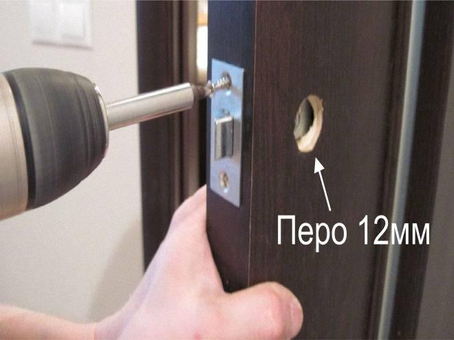 Инструкция по установке запирающих механизмов в межкомнатную дверь, особенности врезки замка с ручкой