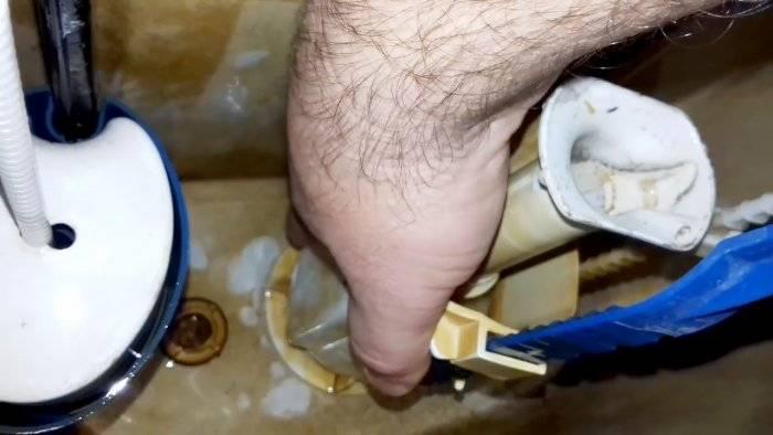 Постоянно течет бачок унитаза: что делать и как починить своими руками (+ видео)