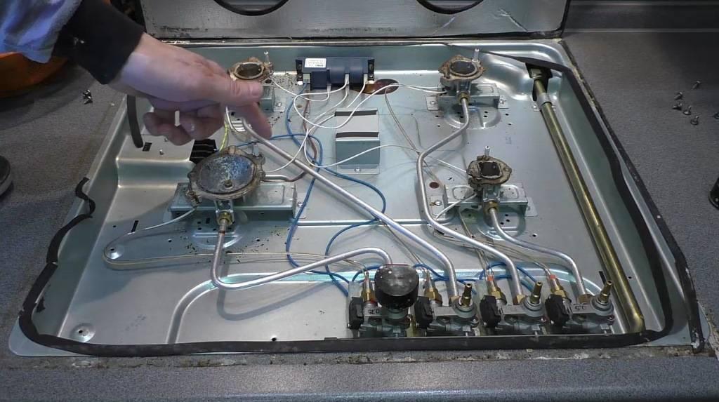 Постоянно щелкает электроподжиг газовой плиты – не отключается пьезоэлемент на варочной панели