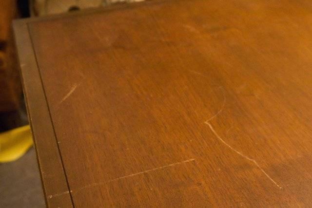 Дешёвые 3 способа удаления царапин с лакированной мебели
