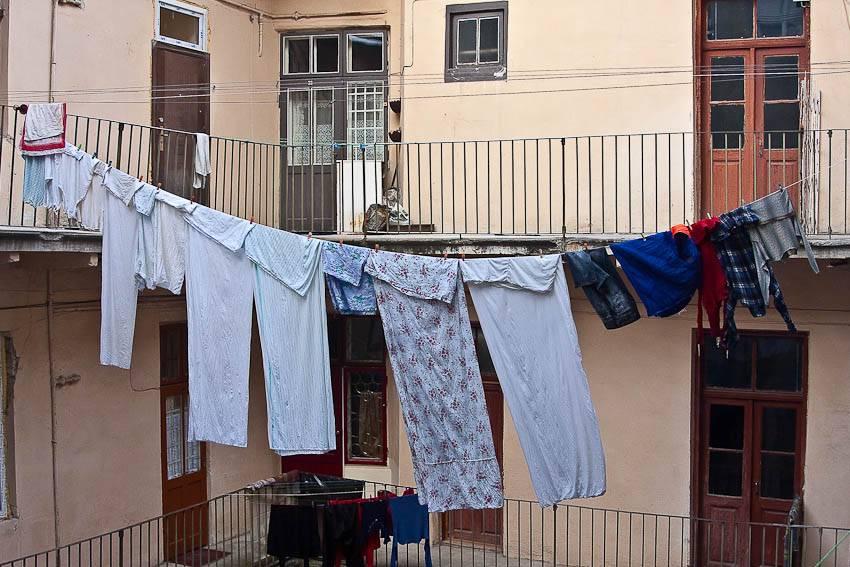 Как быстро просушить вещи: экстренные методы в походных условиях и домашние лайфхаки с полотенцами, машинкой и микроволновкой