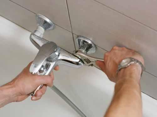 Как поменять смеситель в ванной: замена крана, как снять и заменить