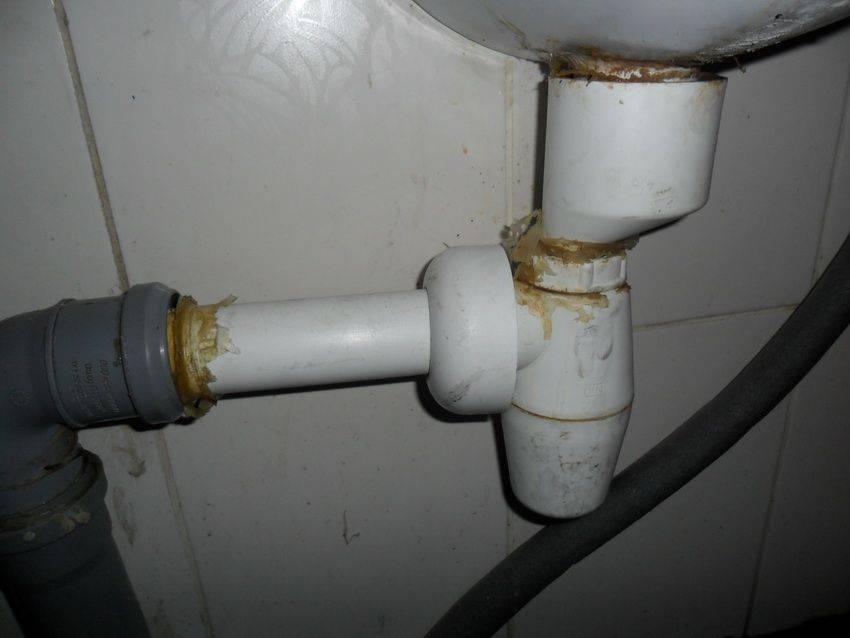 Запах из канализации в квартире основные причины и пути его устранения