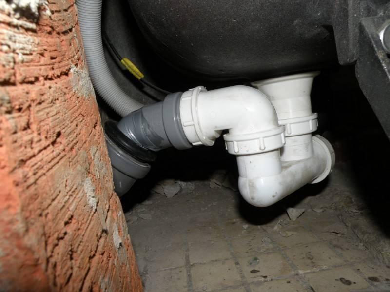 Запах канализации в туалете: какие причины и как устранить