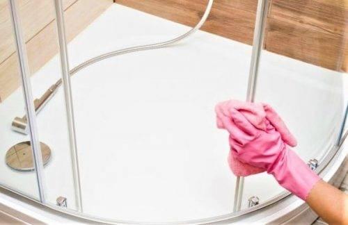 Как ухаживать за стеклом душевой кабины: способы удаления разводов и налета