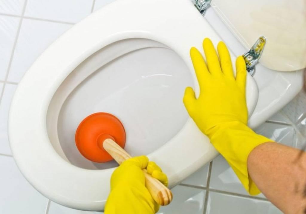 Как прочистить унитаз от засора в домашних условиях: от а до я